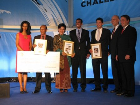 Menerima penghargaan BBC World Challenge 2009